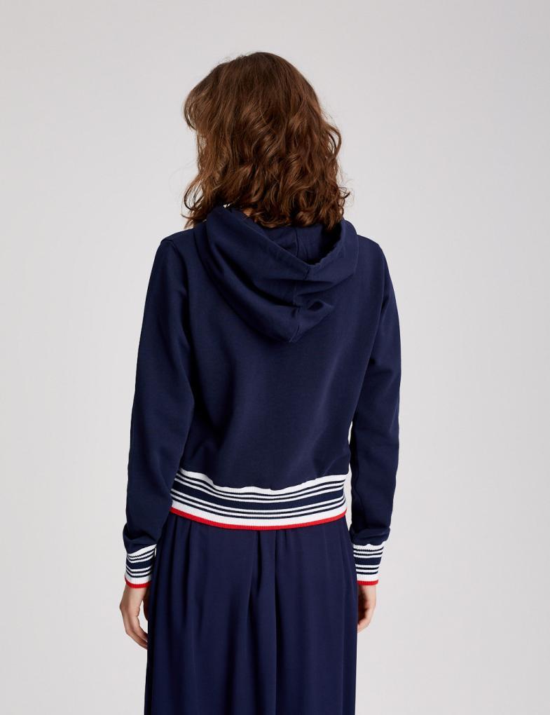 Ciekawe bluzy sportowe damskie – ubranie także na co dzień