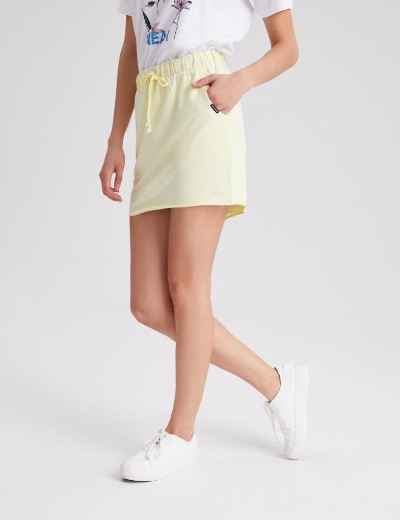 Czarna spódnica i koszula z nadrukiem oraz białe trampki